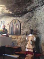 Сицилия. Пещера в Ажире, где Святой Филипп жил, его изображают с чёрной кожей, потому что, когда он сбросил дьявола в кипящий кратер Этны, последний его опалил огнём.
