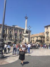 Катания - вечный соперник Палермо! Несмотря на то, что он меньше в 3 раза, он более колоритный, богатый, гармоничный и сицилийский! Мы на площади Дуомо у символа Катании - Слона!