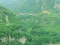 Небольшой мост через обрыв между скалами у реки Янцзы