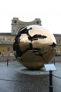 Ватикан, Двор Шишки, современная композиция «Земной шар» или «Шар в шаре»