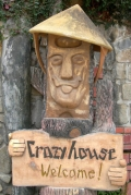 Вход в «Сумасшедший дом» - творение Данг Вьет Нга - дочери второго вьетнамского президента. Далат
