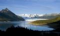 Озеро среди заснеженных гор в окрестностях города Ушуайя, Аргентина