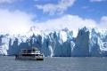 Корабль с туристами проплывает мимо ледника в Аргентине