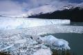 Ледник на фоне заснеженных гор в Аргентине