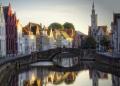 Вид на каменный мост, канал и дома, выстроенные в традиционном фламандском стиле, в Брюгге, Бельгия