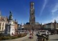 Вид на рыночную площадь бельгийского города Брюгге, колокольню Белфорт и памятник Яну Брейделю и Питеру де Коннику