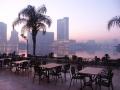 Вид на современный Каир из открытого кафе на набережной реки Нил