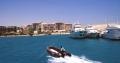 Надувная моторная лодка подплывает к порту Хургады
