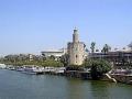 Мавританская башня Торре-дель-Оро на берегу реки Гвадалквивир в Севилье – часть крепостных сооружений XIII века