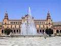 Вид на фонтан и здание в неомавританском стиле на площади Испании в парке Марии-Луизы в Севилье