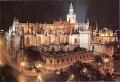 Ночной вид на католический кафедральный собор Мария-де-ла-Седе в Севилье