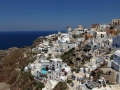 Греческий город на горе на фоне Эгейского моря