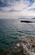 Воды Эгейского моря и прибрежные скалы в Греции
