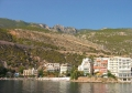 Гостиницы на побережье в Лутраки на фоне гор