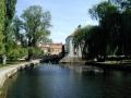 Озеро, набережная, деревья и здания в венгерском городе Тапольца