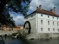 Дом с водяным колесом на берегу озера Балатон в вегерском городе Тапольца