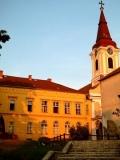 Колокольня в венгерском городе Тапольца в лучах закатного солнца