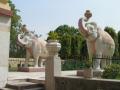 Бело-розовые каменные статуи слонов в Дели, Индия