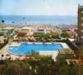 Вид на побережье Адриатического моря, пляж и бассейн с высоты птичьего полёта
