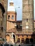Вид на церковь Сан-Бартоломео, статую Святого Петрония, средневековые башни Гаризенда и Азинелли в центре Болоньи