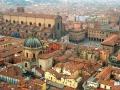 Вид на средневековый итальянский город Болонья с высоты птичьего полета