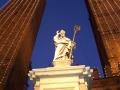 Статуя Святого Петрония на фоне падающих башен Гаризенда и Азинелли в Болонье