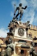 Крупный план фонтана Нептуна на одноимённой площади в центре Болоньи