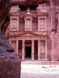Древний храм, вырубленный в скале в Петра на территории современной Иордании